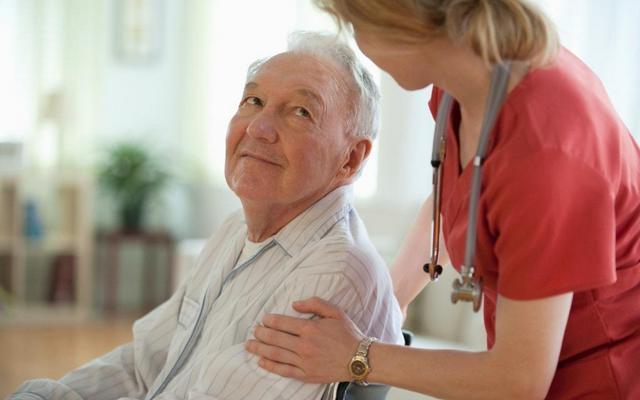 Уход за пожилыми людьми: сиделка или пансионат?