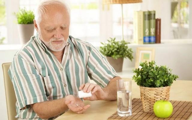 Почему пожилым необходимо принимать витамины дополнительно