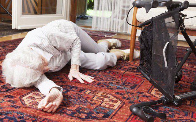 Симптомы и первая помощь при переломе шейки бедра