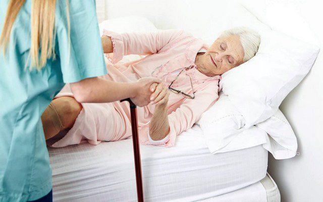 Уход за пожилыми людьми при переломе шейки бедра