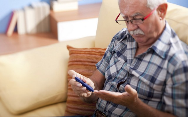 Глюкометр для пожилого человека: дельные советы по выбору