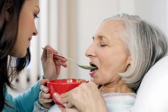 Как правильно кормить пожилого человека, прикованного к постели