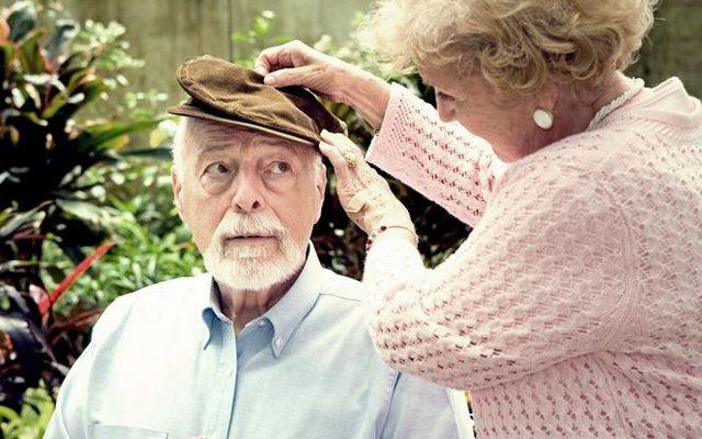 Уход за пожилым человеком с болезнью Альцгеймера: общение, мытье, переодевание, прием пищи и другое