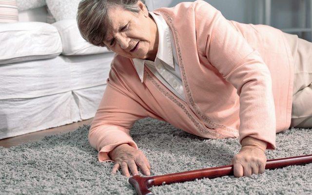 Как предотвратить травмы от падения пожилого человека