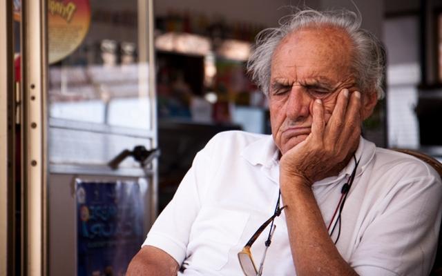 Почему пожилой человек постоянно спит днем: что это значит, причины и что делать