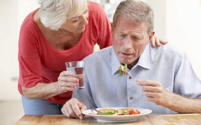 Пожилой человек не может глотать пищу – причины и лечение