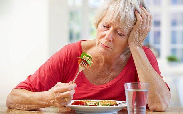 Почему пожилой человек мало ест или отказывается от еды и что можно с этим сделать