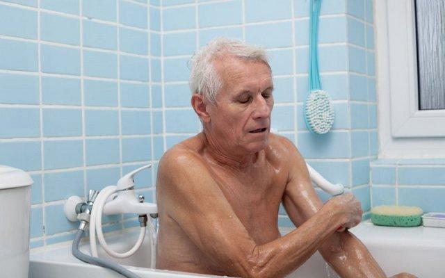 Как мыть пожилого человека с деменцией: полезные советы и приемы купания