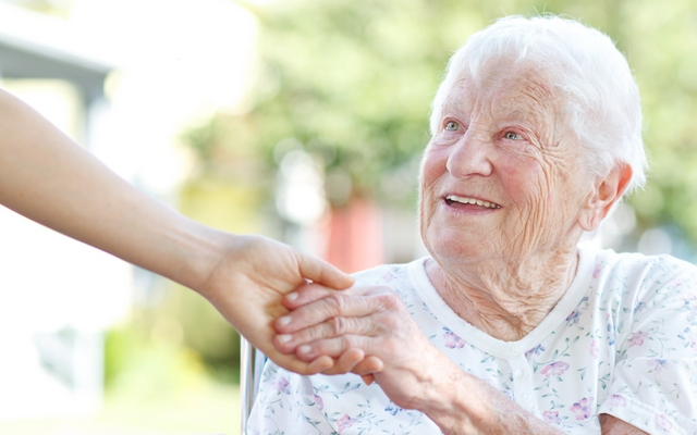 Как помочь мыться пожилому человеку с деменцией