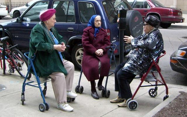Ходунки для пожилых людей: какие бывают и как выбрать надёжное приспособление для ходьбы
