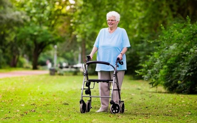 Как безопасно и комфортно пользоваться ходунками пожилому человеку