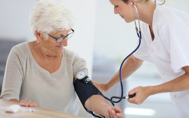 Как правильно выбрать тонометр для пожилого человека: особенности приборов для измерения давления