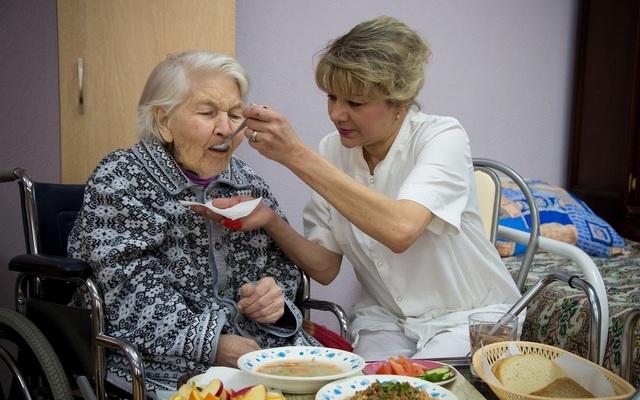 Как не впасть в стресс и депрессию и не выгореть, ухаживая за больным пожилым человеком