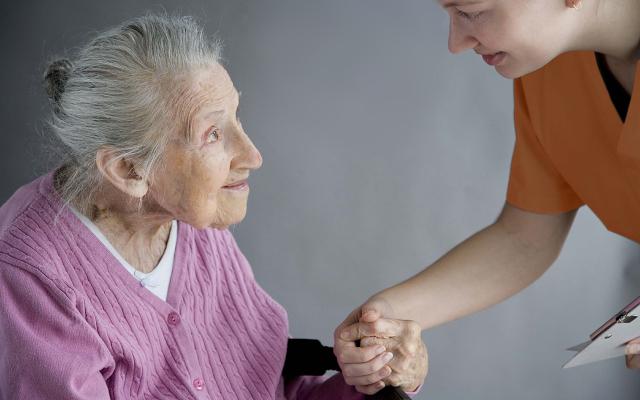Как вести себя с пожилыми людьми, страдающими деменцией