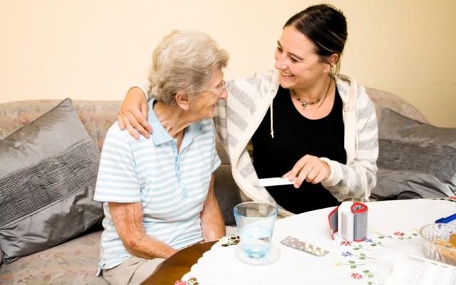 Советы по уходу за пожилыми и престарелыми родителями на дому: особенности и рекомендации