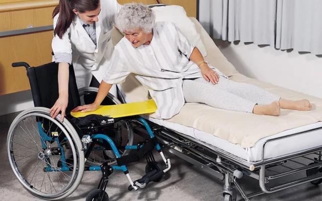 Как пересадить лежачего пожилого человека из постели в инвалидную коляску