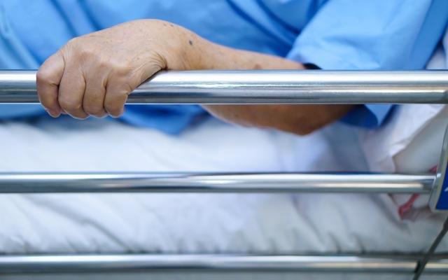 Что делать, если пожилой человек падает ночью с кровати