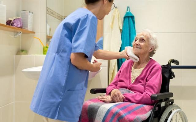 Как ухаживать за прикованным к постели пожилым человеком в домашних условиях