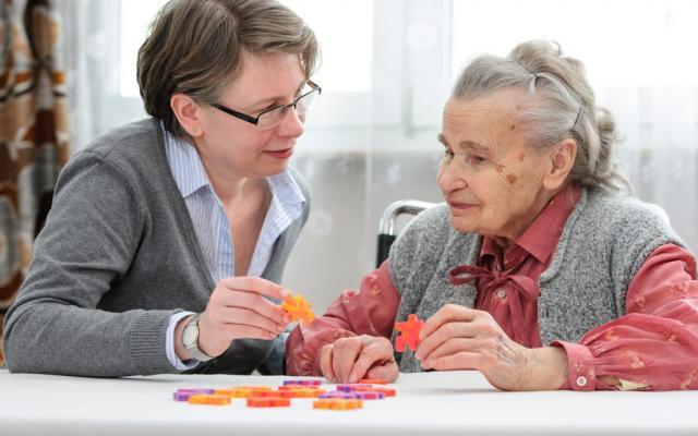 Чем можно занять дома слепого или слабовидящего пожилого человека