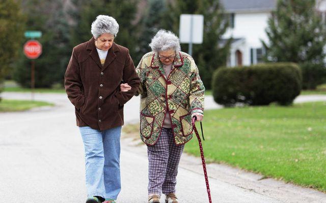 Из-за чего бывают нарушения походки у пожилого человека и что с этим делать