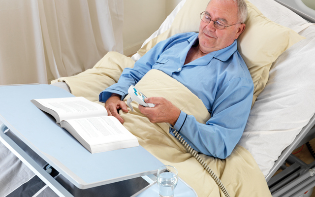 Чем можно занять лежачего пожилого человека: 7 идей по организации досуга
