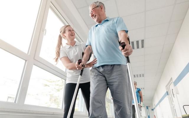 Как научиться ходить на костылях пожилому человеку