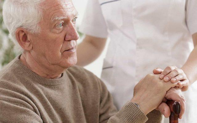 Как ухаживать за пожилым человеком с болезнью Паркинсона