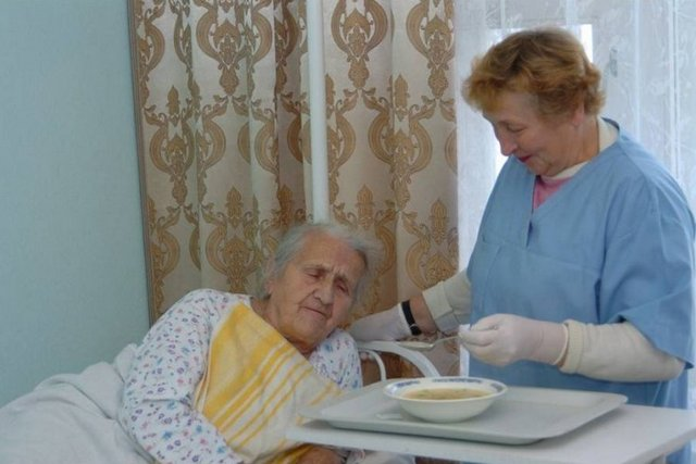 Особенности питания лежачего пожилого человека